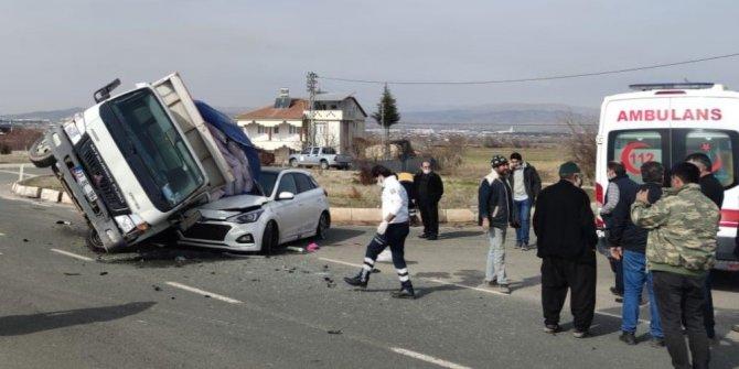 Elazığ'da kamyonet, otomobilin üzerine devrildi