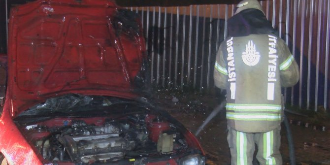 Kağıthane'de 1 yıldır park halinde bırakılmış otomobil yandı