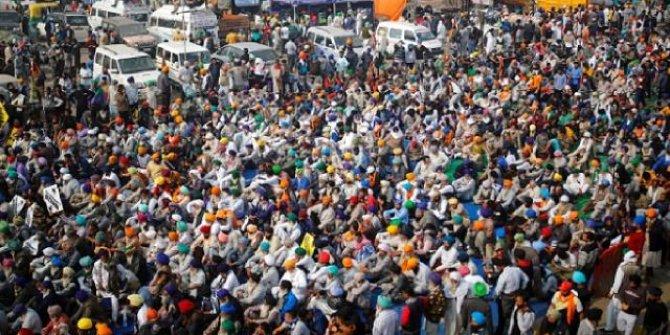 Hindistan'da çiftçiler kara yollarını trafiğe kapattı