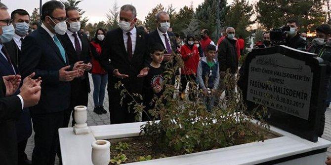 Bakan Kasapoğlu'ndan Ömer Halisdemir'in kabrine ziyaret