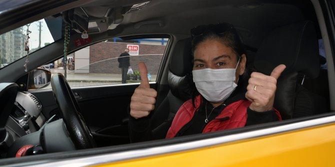 Kadın taksi şoförünü görenler önce şaşırıyor sonra tebrik ediyor