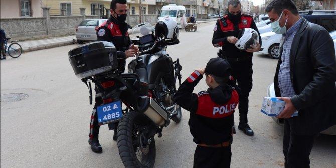 Turska: Policajci dječaku priredili rođendansko iznenađenje