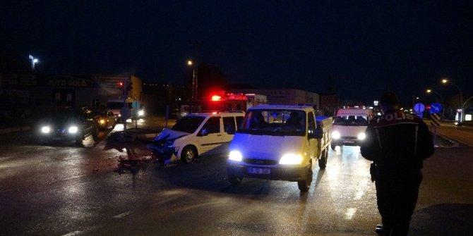 Otomobil ve ticari araç çarpıştı: 2 yaralı