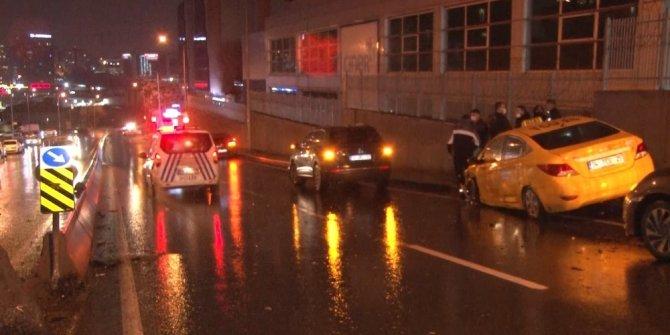 Kaza yapan polis minibüsü yan yattı: 2 yaralı