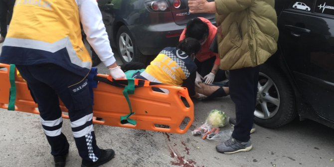 Otomobilin çarptığı motosikletin sürücüsü savrulup, yayaya çarptı
