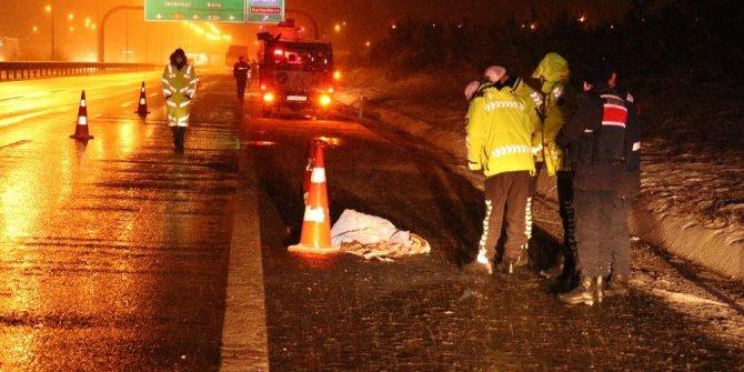 Otobüsten indirilen yolcu kamyonun çarpması sonucu öldü