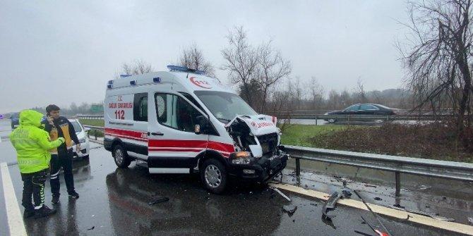 Hasta sevki yapan ambulansla otomobil çarpıştı
