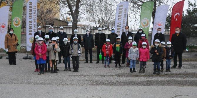 Akşehir'de öğrencilere 500 adet fidan dağıtıldı