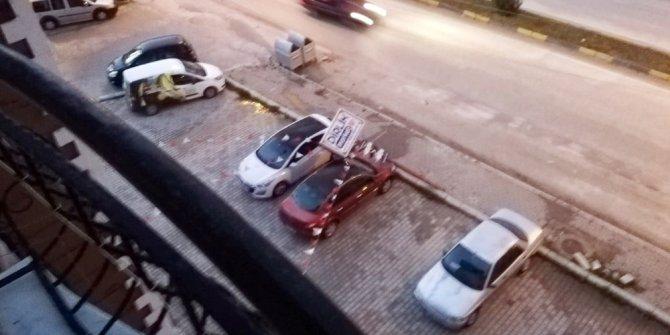 Fırtınada reklam direği otomobilin üzerine devrildi