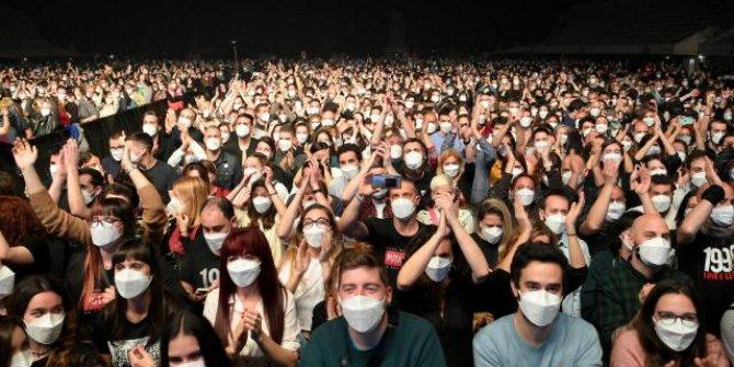 5 bin kişinin katıldığı sosyal mesafesiz konser