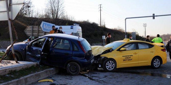 Duble yolda ticari taksi ile otomobil çarpıştı: 1'i ağır, 1'i çocuk toplam 4 yaralı