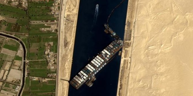 Süveyş Kanalı'nı kapayan gemi yüzdürüldü