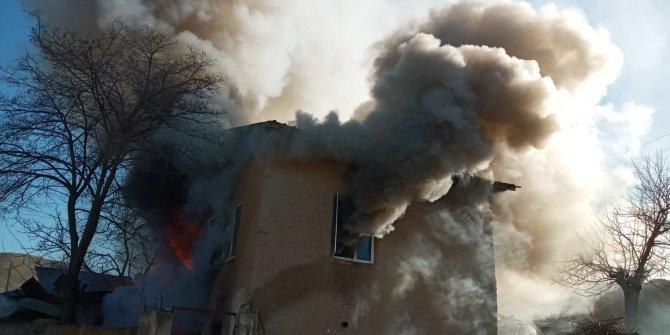 2 katlı ev yangında, kullanılamaz hale geldi