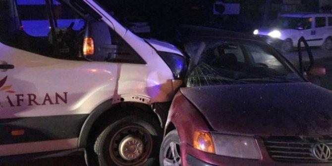 İşçileri taşıyan servis aracı ile otomobil çarpıştı