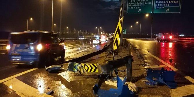 Beton bariyere çarpıp sürüklenen lüks otomobil hurdaya döndü, sürücü yara almadı