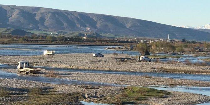 Baraj kapakları açıldı, vatandaşlar suda mahsur kaldı