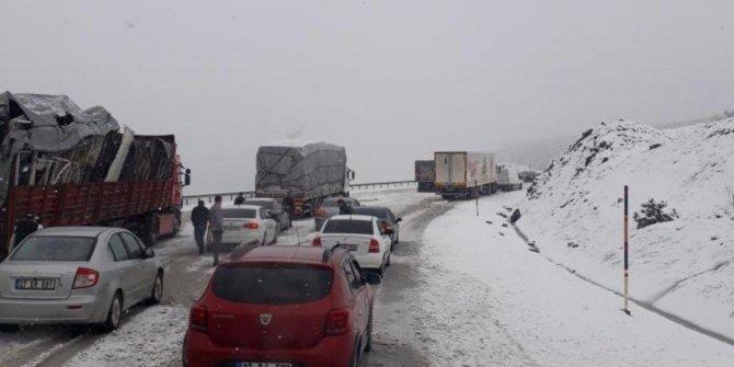 Kar bir anda bastırdı, sürücüler yolda kaldı