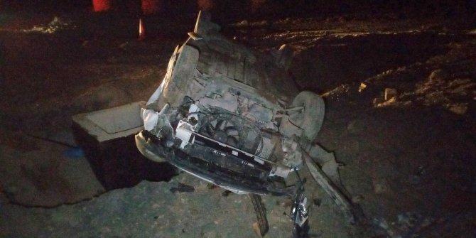Otoyol inşaatına giren araç kum öbeğine çarparak taklalar attı