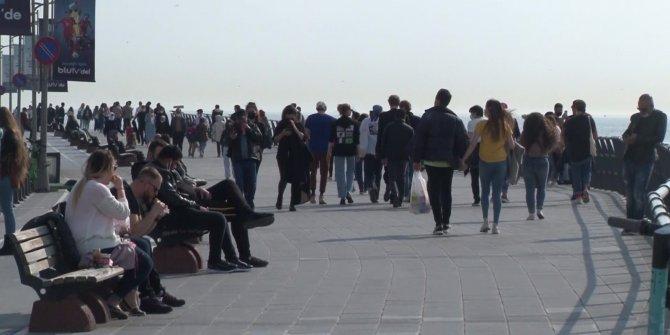 Kısıtlama gününde Kız Kulesi Sahili'nde dikkat çeken yoğunluk