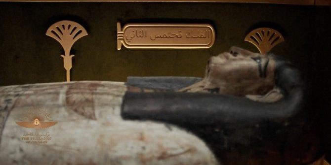 Mısır'da 18 kral ve 4 kraliçenin mumyası kortej eşliğinde müzeye taşındı