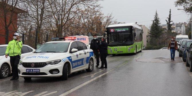 Yol kenarında beklerken halk otobüsünün aynası başına çarptı