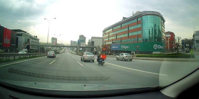 Motosikleti arıza yapan sürücüye otomobil sürücüsünden halatlı yardım