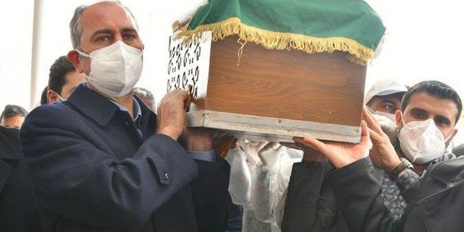 Bakan Gül annesini gözyaşlarıyla uğurladı