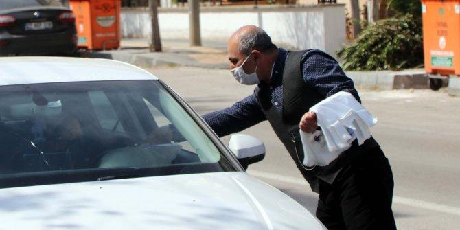 Çevre kirliliğini önlemek için trafikte poşet dağıtıyor