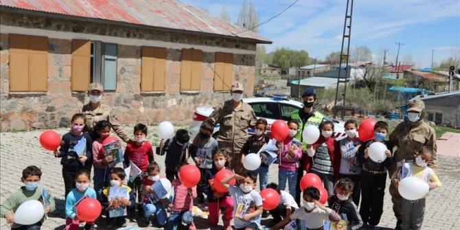 Mehmetçik köy köy gezip çocukların bayramını kutladı