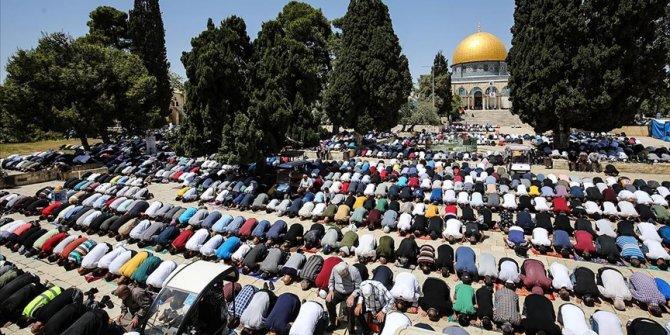 Mescid-i Aksa'da kılınan cumaya 60 bin kişi katıldı