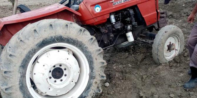 Devrilen traktörün altında kalan çiftçi ağır yaralandı