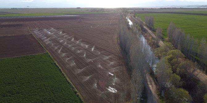 Beyşehir'de yağışların azlığından bazı çiftçiler tarlalarını sulamaya başladı
