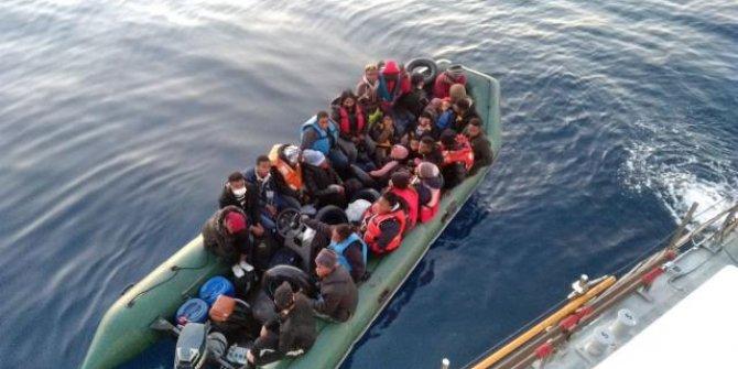 Lastik botları arızalanan 28 düzensiz göçmen kurtarıldı