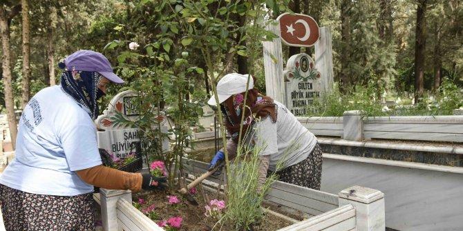 Annelerin mezarlarına çiçek dikildi