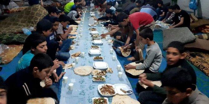 İdlib Derhasanda İtikafa giren mazlumlara iftar yemeği verildi