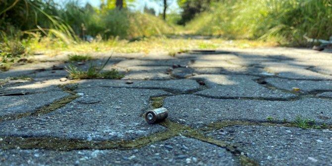 Yaşları küçük çocukların parkta silahla ateş ettiği anlar dehşete düşürdü