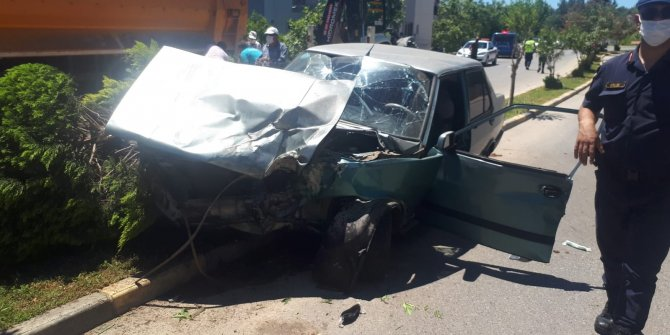Park halindeki kamyona otomobiliyle arkadan çarptı