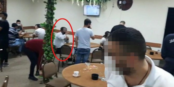 Kumar oynarken yakalandı, çay içmeye devam etti