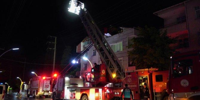 Binanın çatı katında çıkan yangın korkuttu