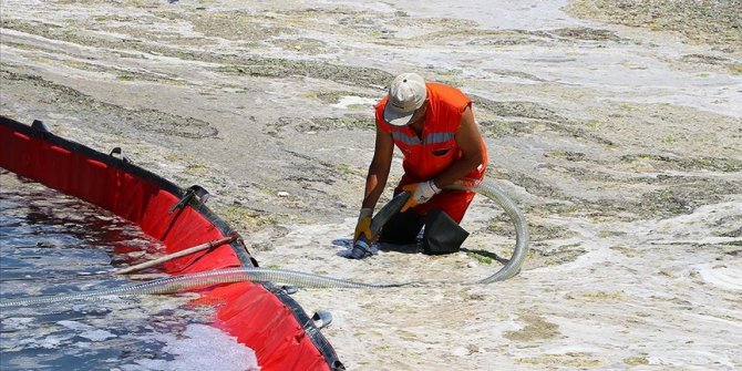 Turkey collects nearly 3,300 cubic meters of mucilage from sea