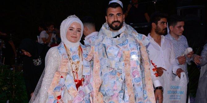 Üç kez ertelenen düğünde çifti paraya boğdular