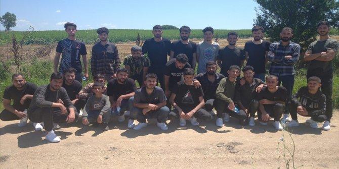 Yunanistan'ın çıplak halde sınıra bıraktığı düzensiz göçmenlere Türkiye sahip çıktı