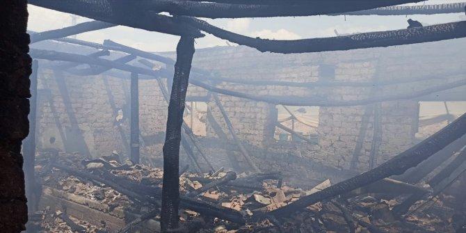 Depo olarak kullanılan ahırda çıkan yangında 2 ton tütün yandı