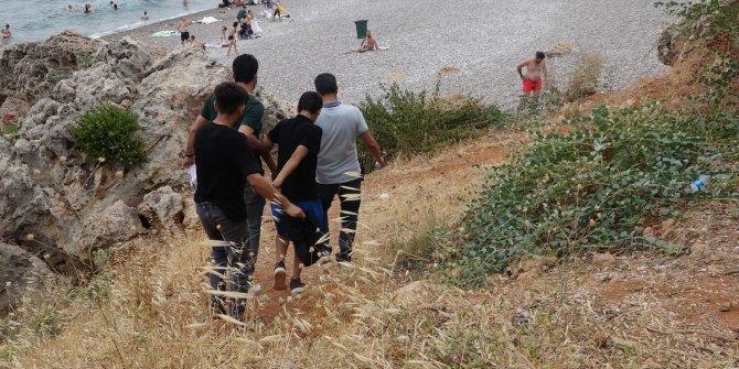Plajda hırsızlık yaptılar, falezlerdeki kayalıklarda saklanırken yakalandılar