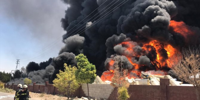 Depoda çıkan yangına müdahale ediliyor