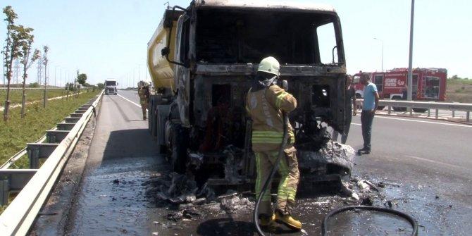 İstanbul Havalimanı yolunda hafriyat kamyonu yandı