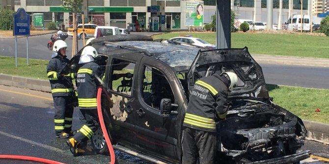 Hafif ticari araç, seyir halindeyken yandı