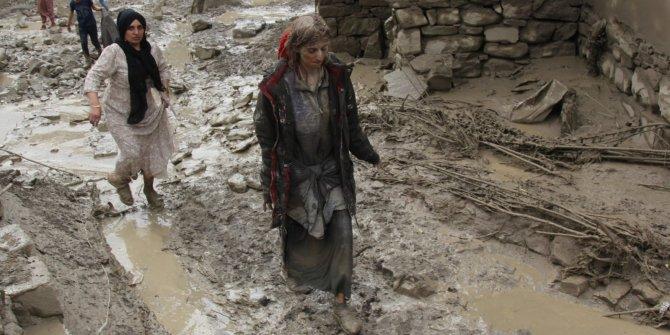 Başkale'de sel sularına kapılan bir kadın son anda kurtarılırken, birçok ev zarar gördü