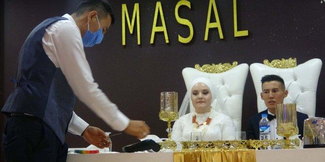 Kırgız çiftin düğünündeaşıya dikkat çekmek için pos cihazıyla takı takıldı