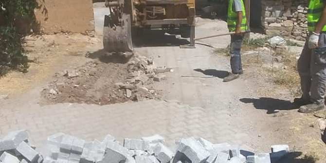 Yollara kilitli taş döşeniyor